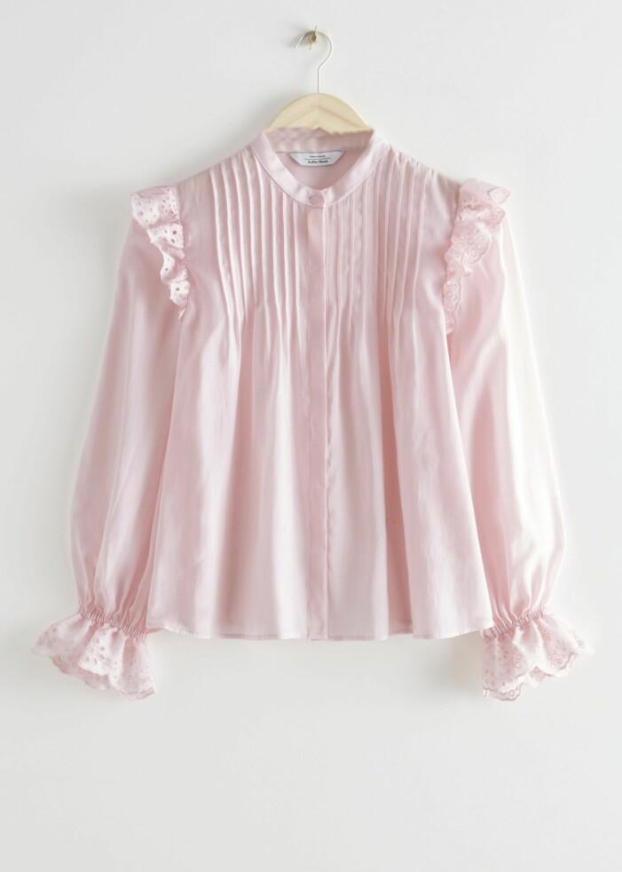 Blus i rosa pastell från & Other Stories med volanger