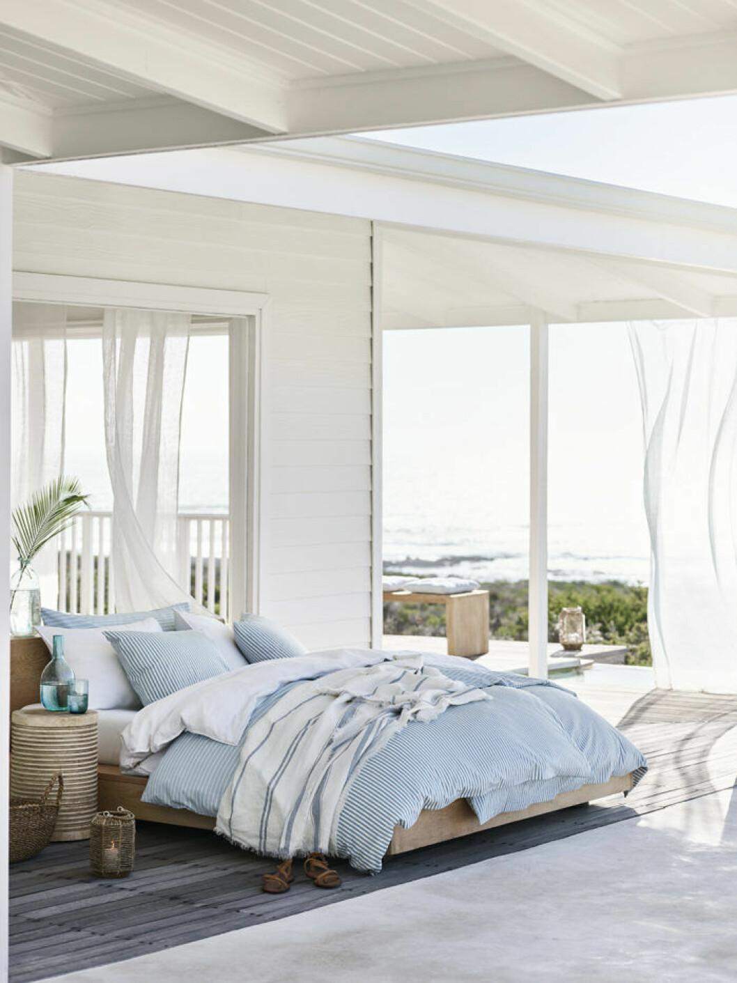 Öppet sovrum med medelhavskänsla. H&M Home sommaren 2018.