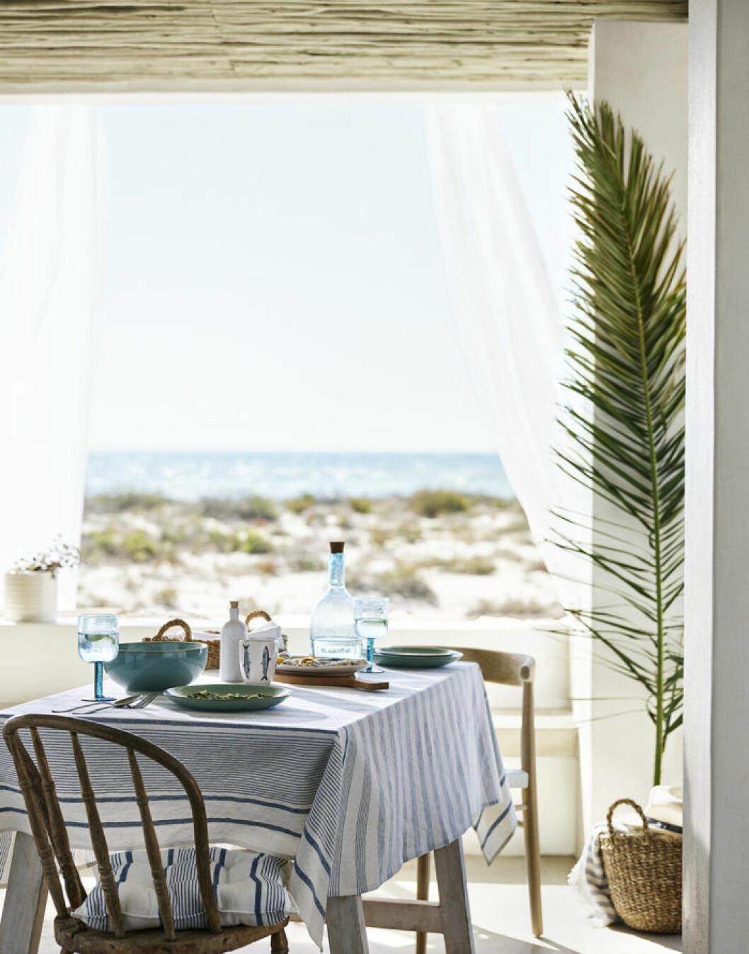 Matbord med blåvitrandig duk. H&M Home sommaren 2018.