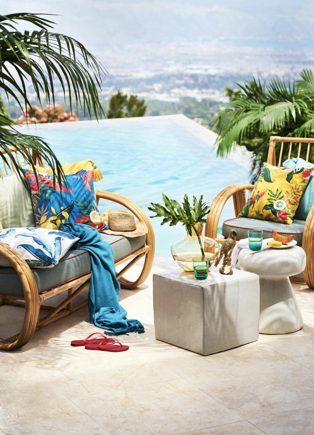 Utomhusmöbler och mönstrade kuddar. H&M Home sommaren 2018.