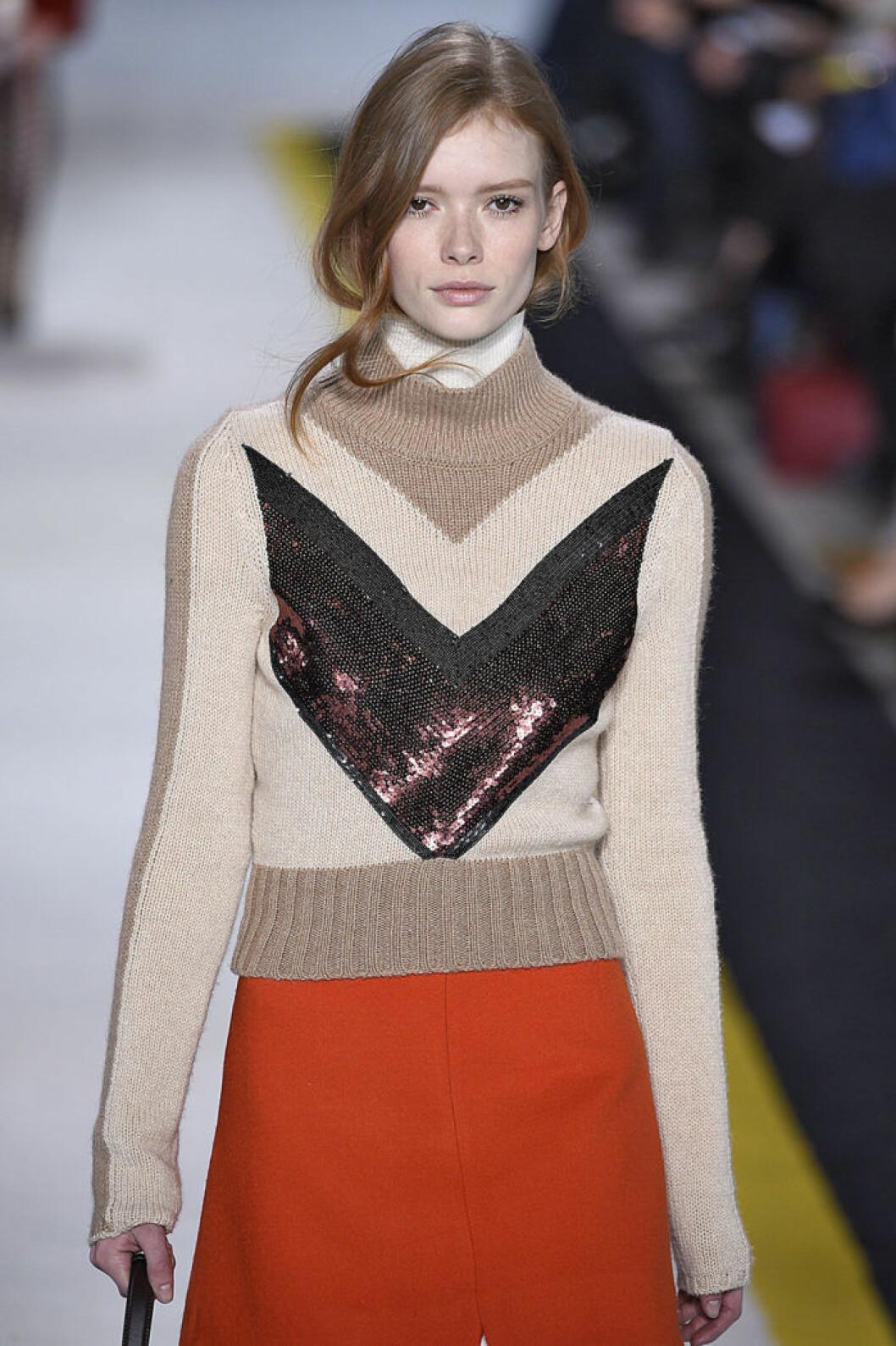 Under den stickade tröjan… hos Giambattista Valli. Som tillsammans med den a-linjeformade kjolen ger 70-tals känsla.