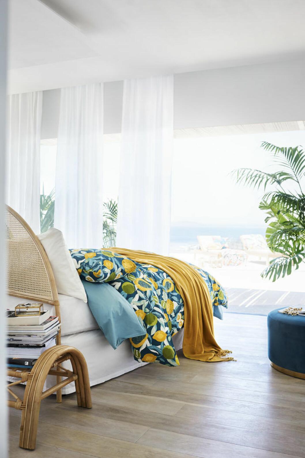 Öppet sovrum med medelhavstouch. H&M Home sommaren 2018.