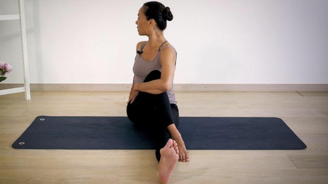 Johanna Ljunggren gör en sittande vridning
