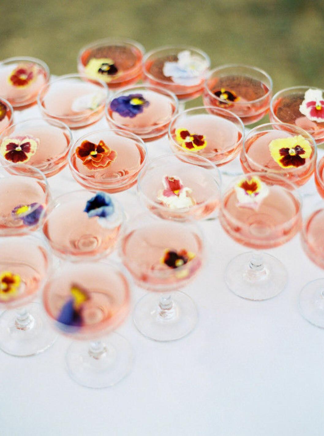 Champagne dekorerad med blommor.