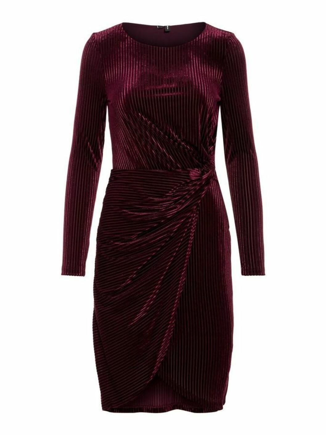 vinröd sammetsklänning vero moda
