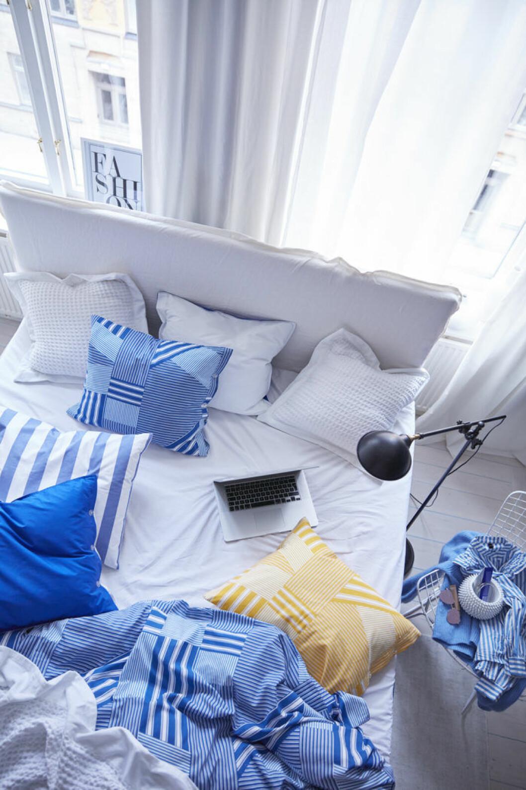 Sovrum med säng och sängkläder i blått, vitt och gult. Jotex vårnyheter 2018.