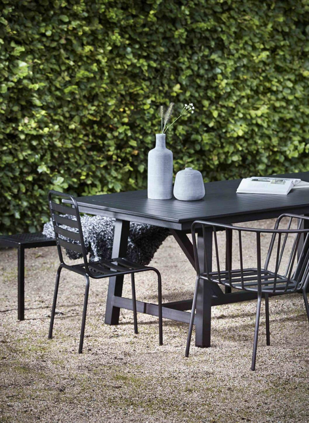 Svarta utomhusmöbler, stol och karmstol, Jotex 2018.