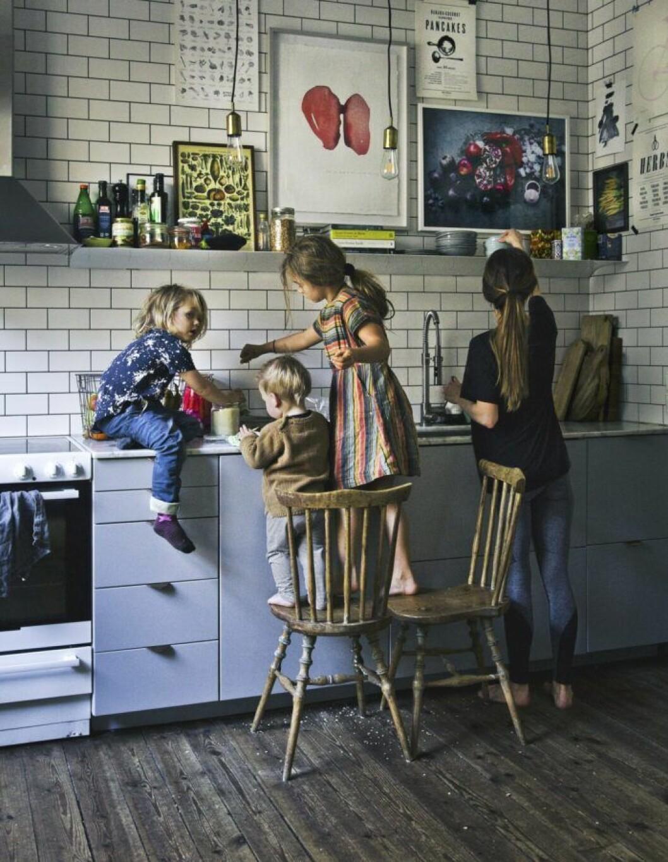 Barnen hjälper till i köket.