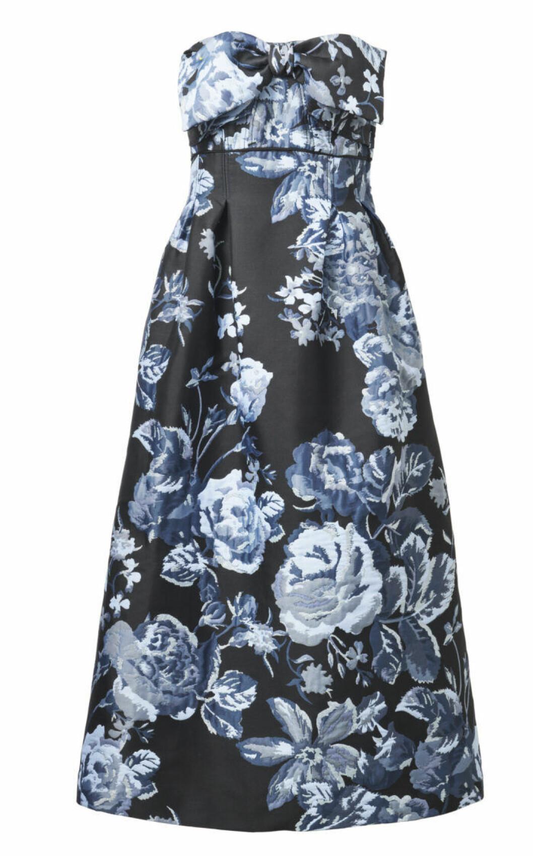 Klänning med blå blommor mot svart botten
