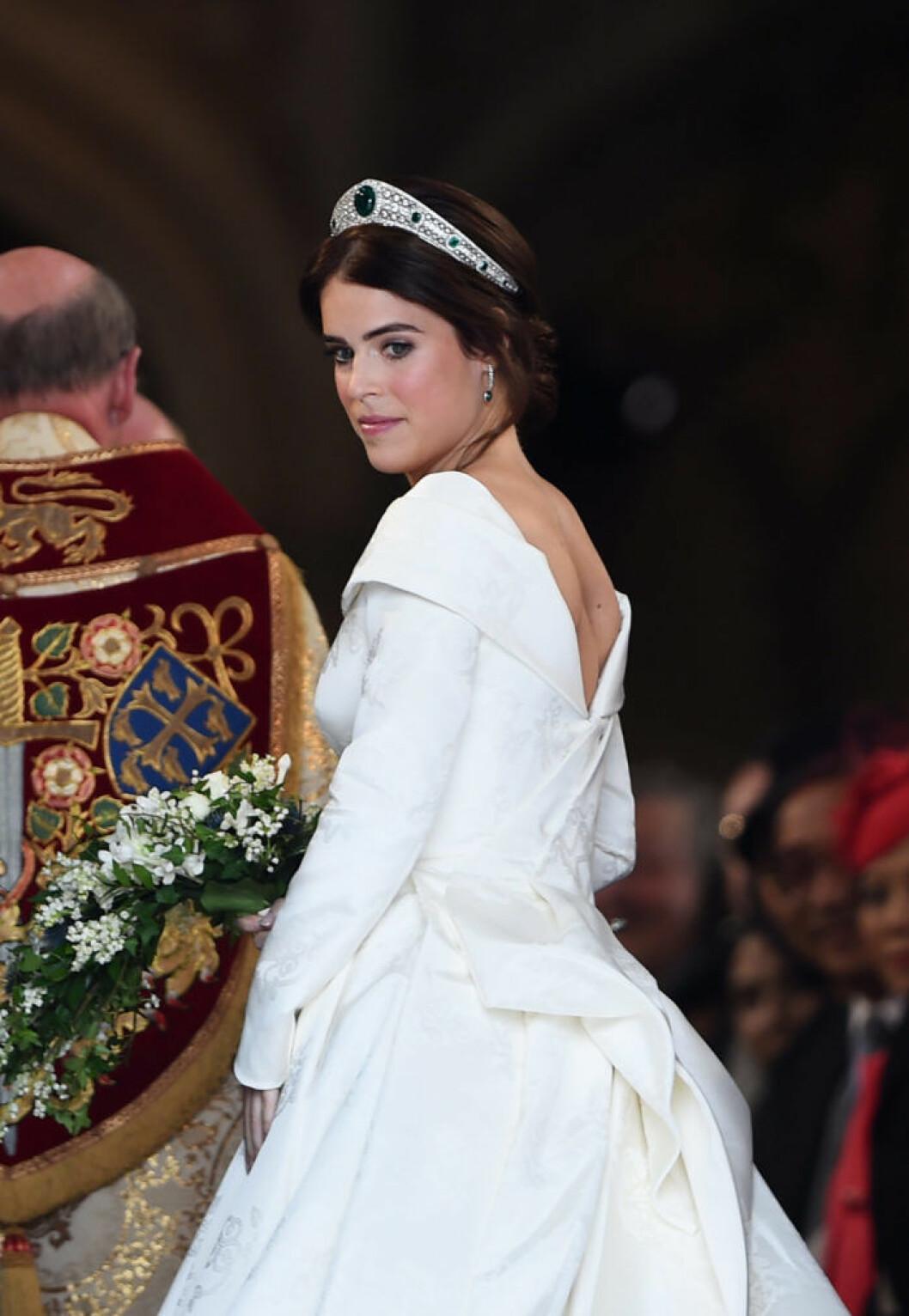 Eugenies brudklänning var v-ringad i ryggen för att hennes skolios-ärr skulle synas.