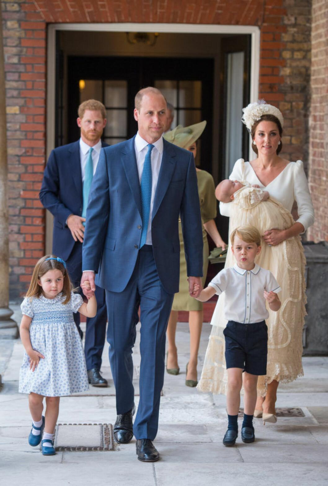 Hela familjen med Will, Kate, Charlotte, George och huvudpersonen Louis anländer till den senares dop.