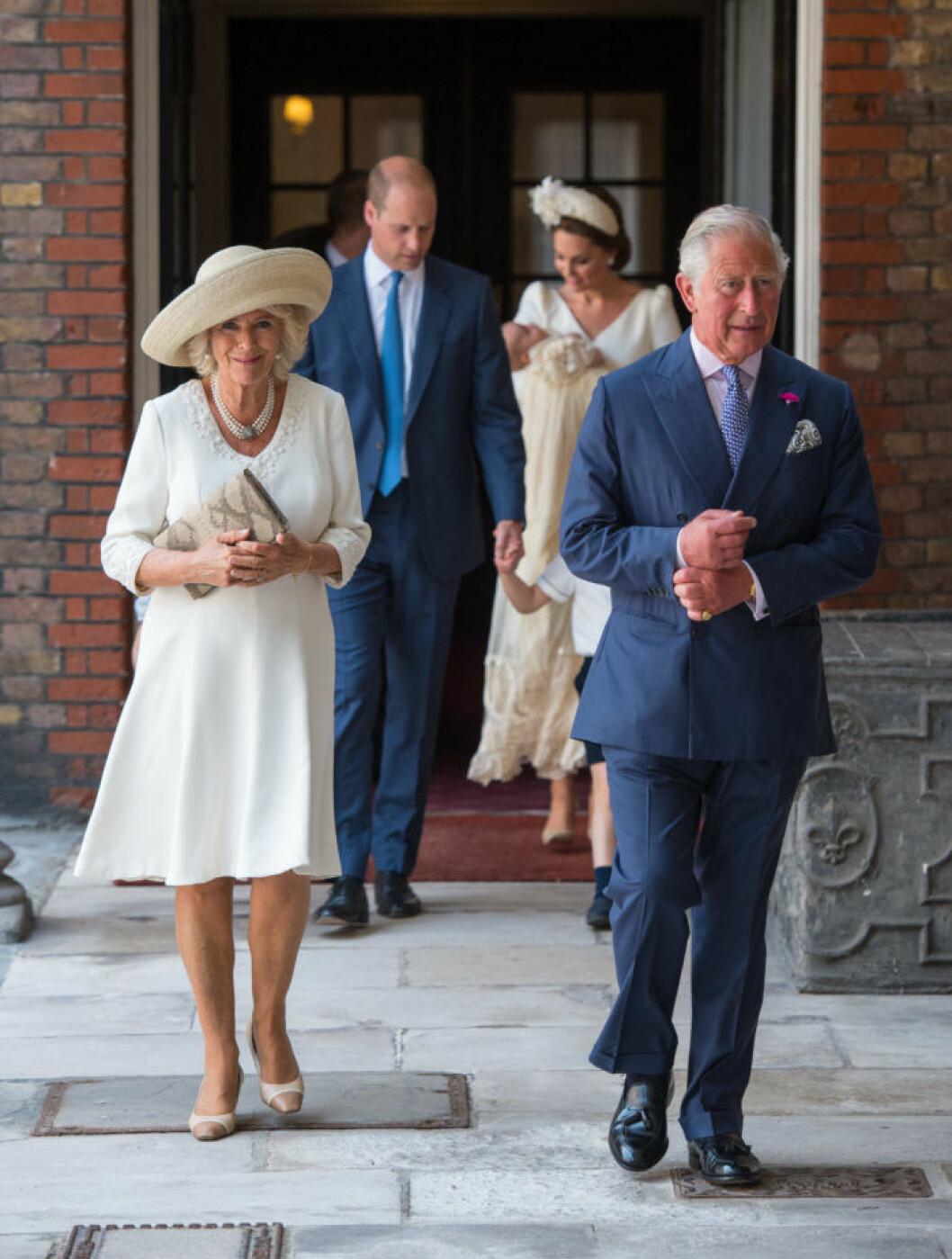 Camilla och Charles anländer till prins Louis dop
