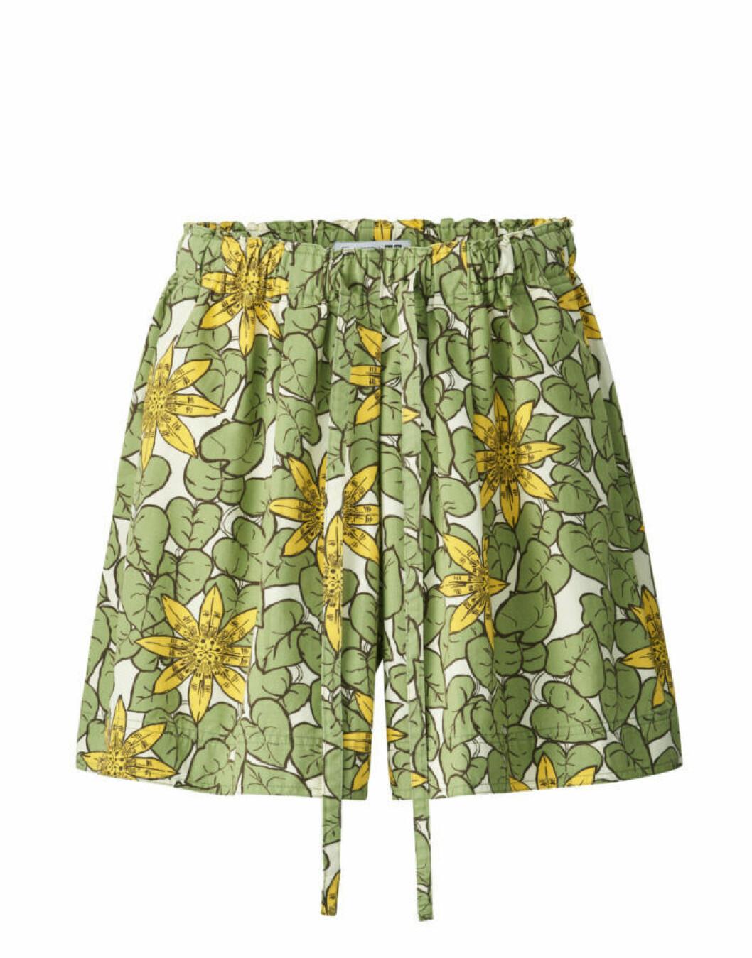 Grönmönstrade shorts med dragsko i midjan