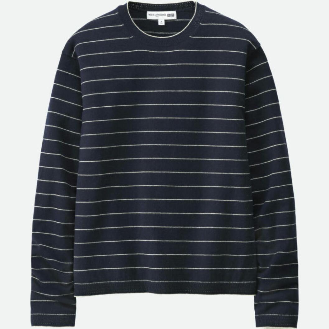 Marinblå tröja med tunna vita ränder