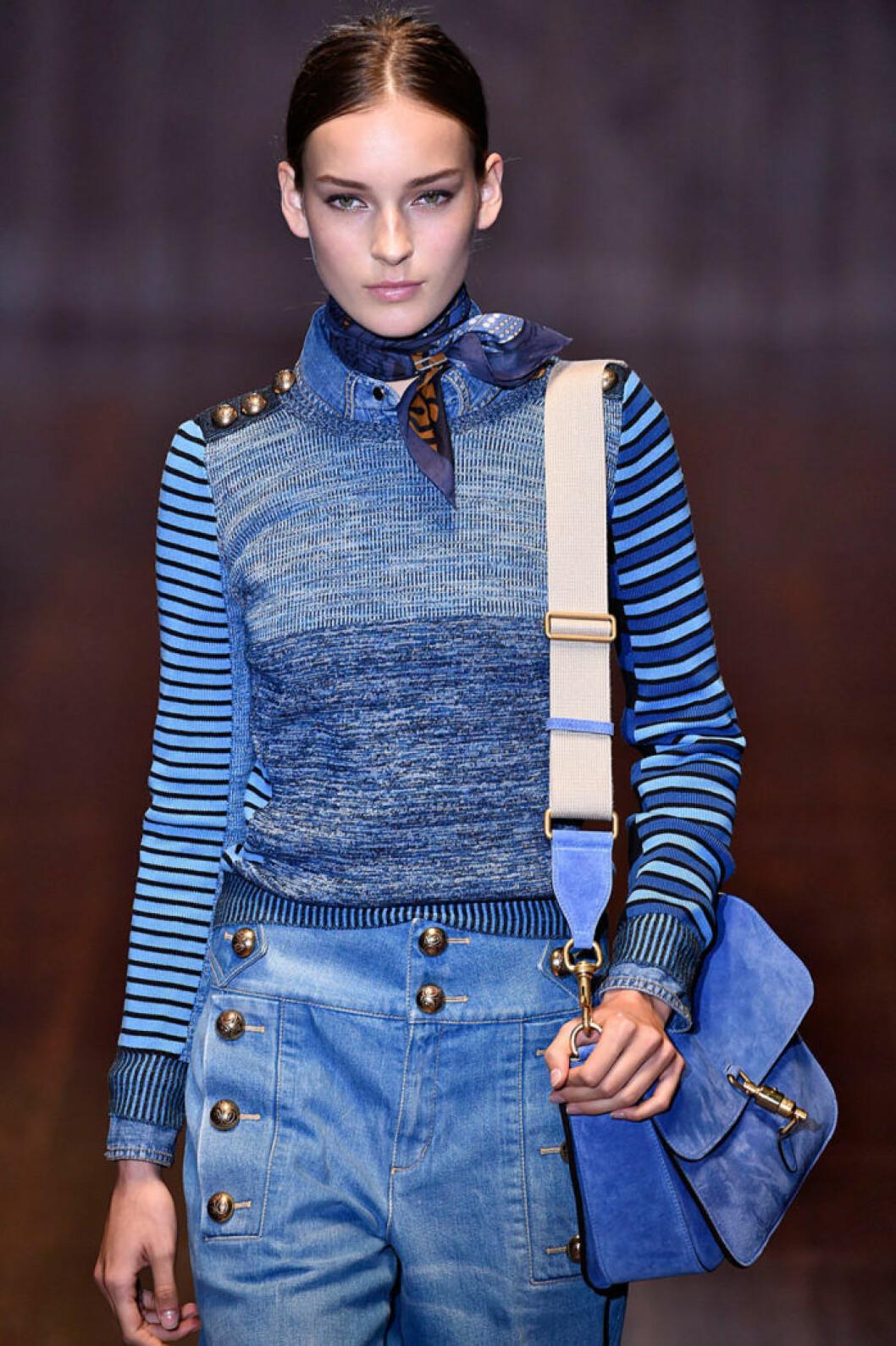 På Guccis 70-talsinspirerade visning bar modellerna scarfarna hårt knutna runt halsen.