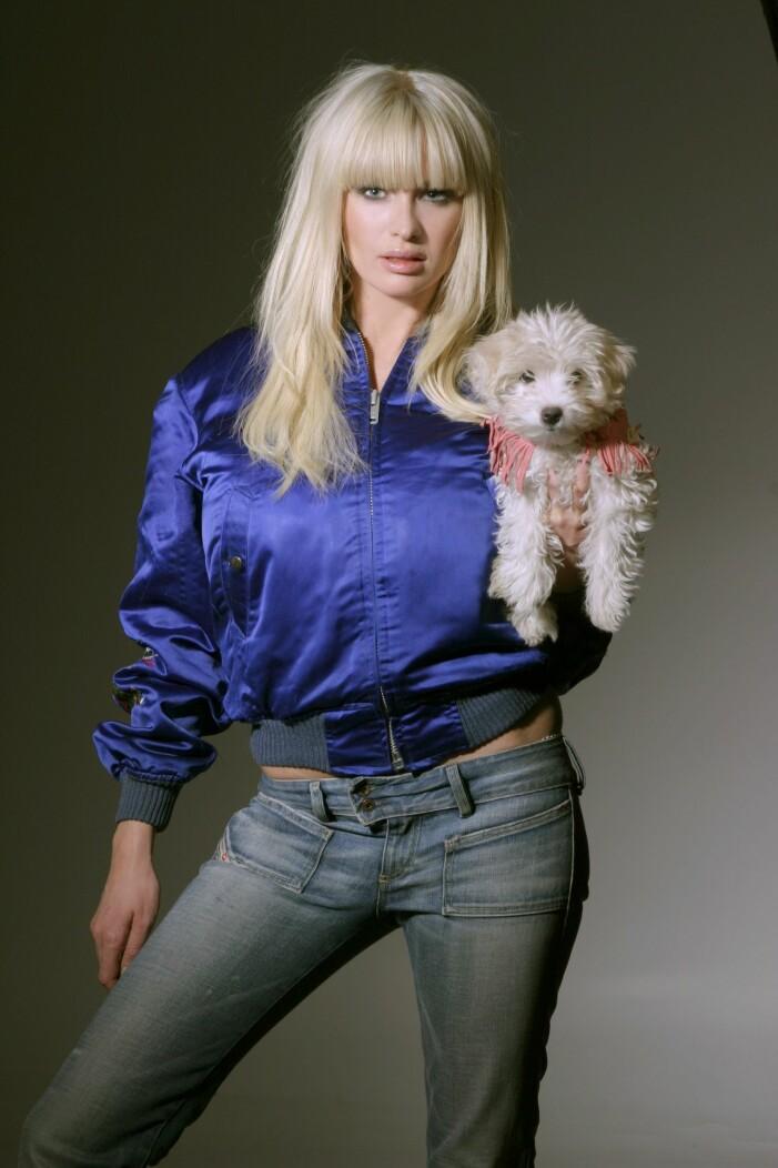 Carolina Gynning poserar med hund 2004