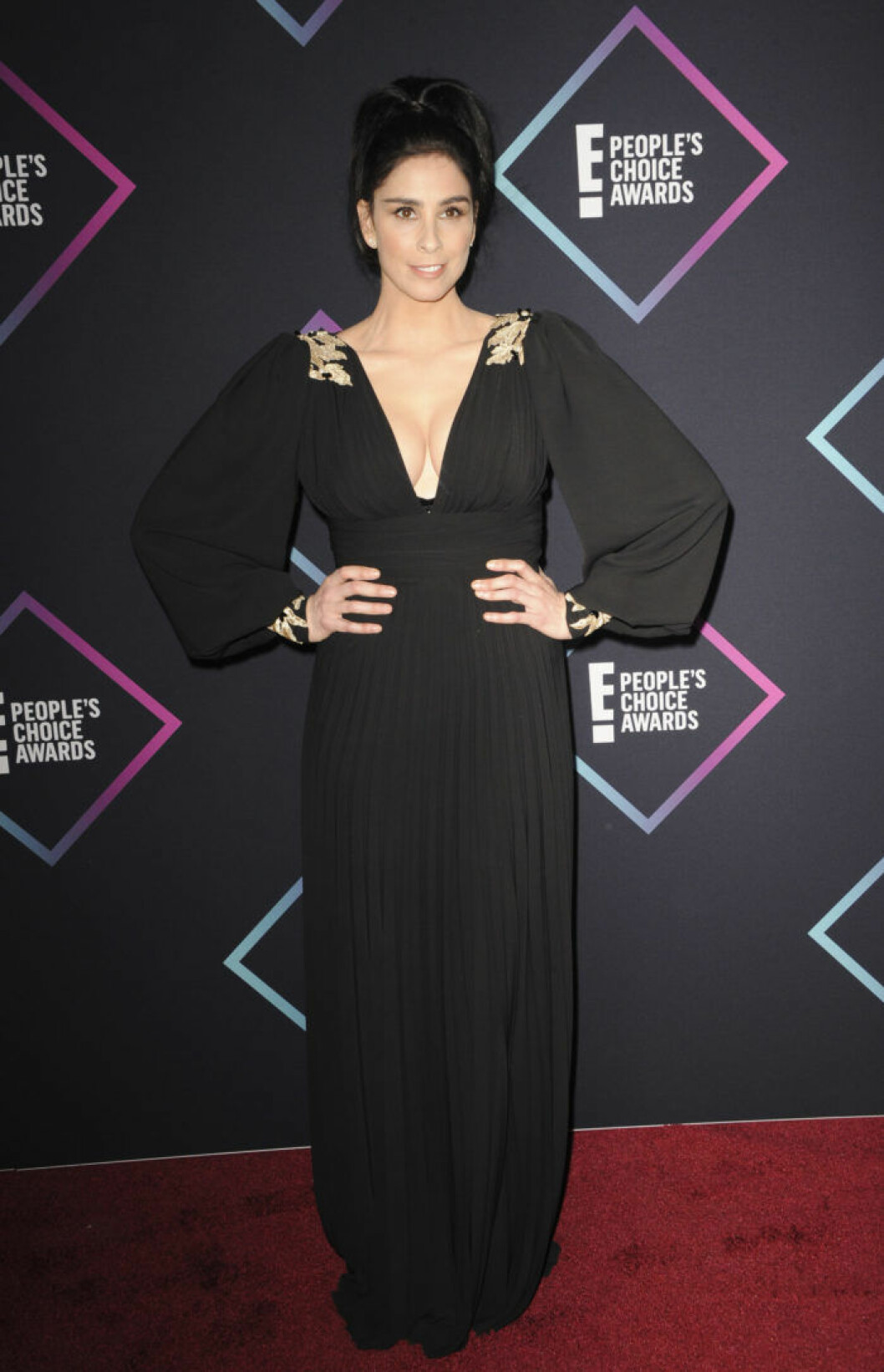 Komikern Sarah Silverman i svart.