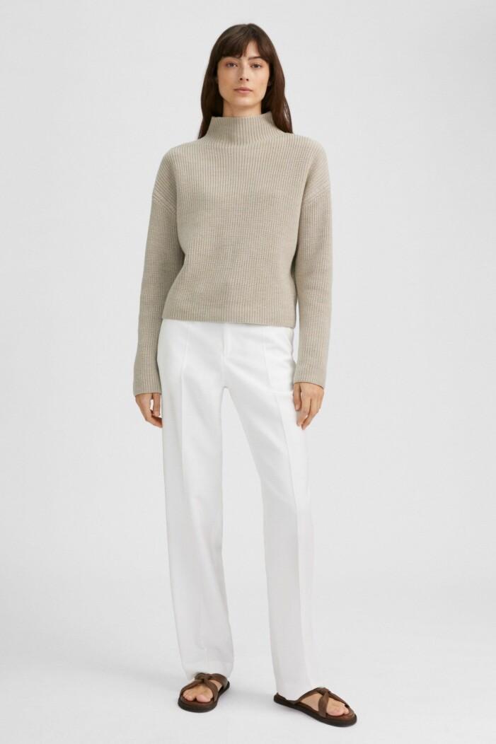 outfit från filippa k med beige stickad tröja och vita byxor
