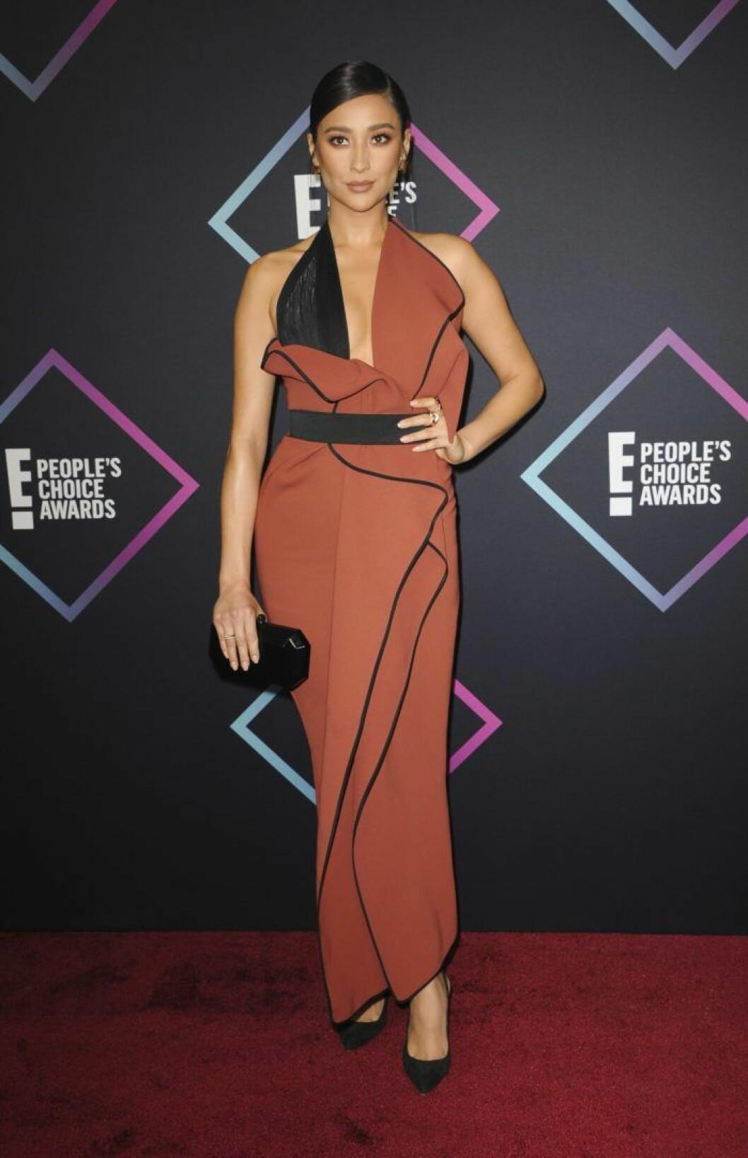 Skådespelerskan Shay Mitchell, känd från serien Pretty Little Liars bar en kombination av dovt rostrött och svart.