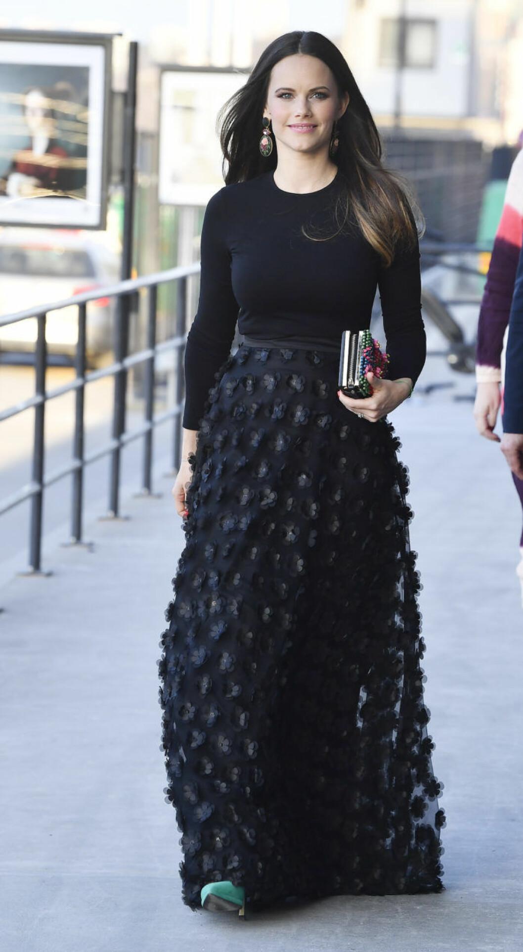 Prinsessan Sofia i en svart kjol från Ida Sjöstedt och svart topp på väg till vårgala i Stockholm.