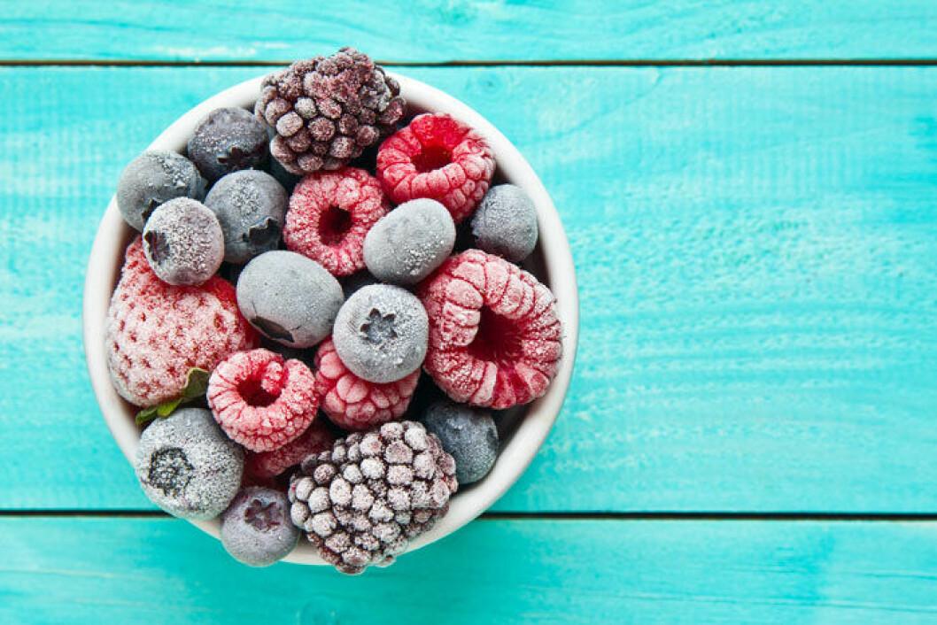Gör smoothiepåsar med frysta bär och frukter.