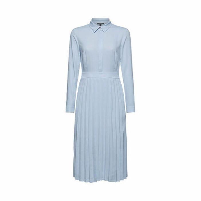 ljusblå plisserad klänning