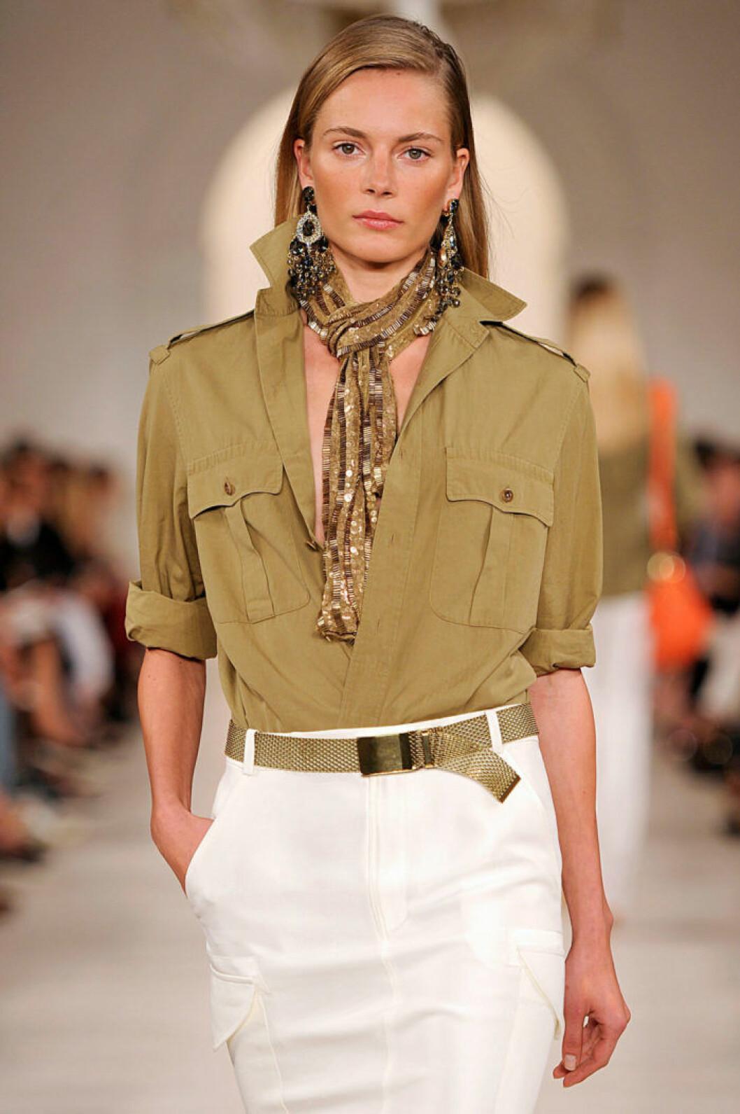 Paljettscarf buren på klassiskt vis hos Ralph Lauren.