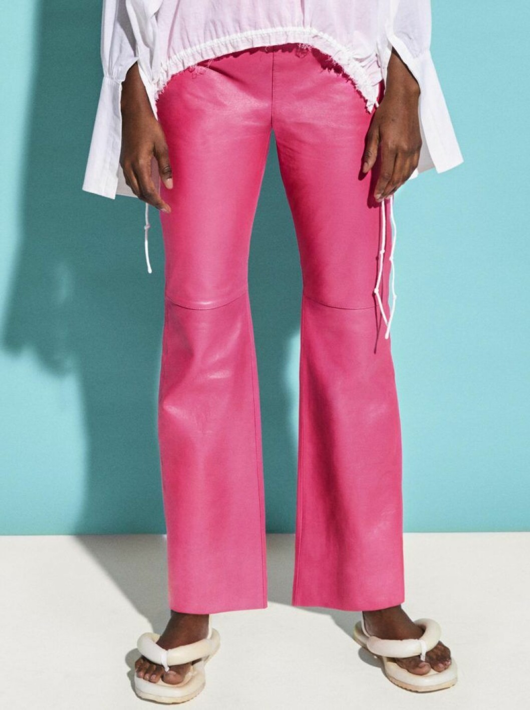 härliga rosa skinnbyxor från H&M Studio SS20