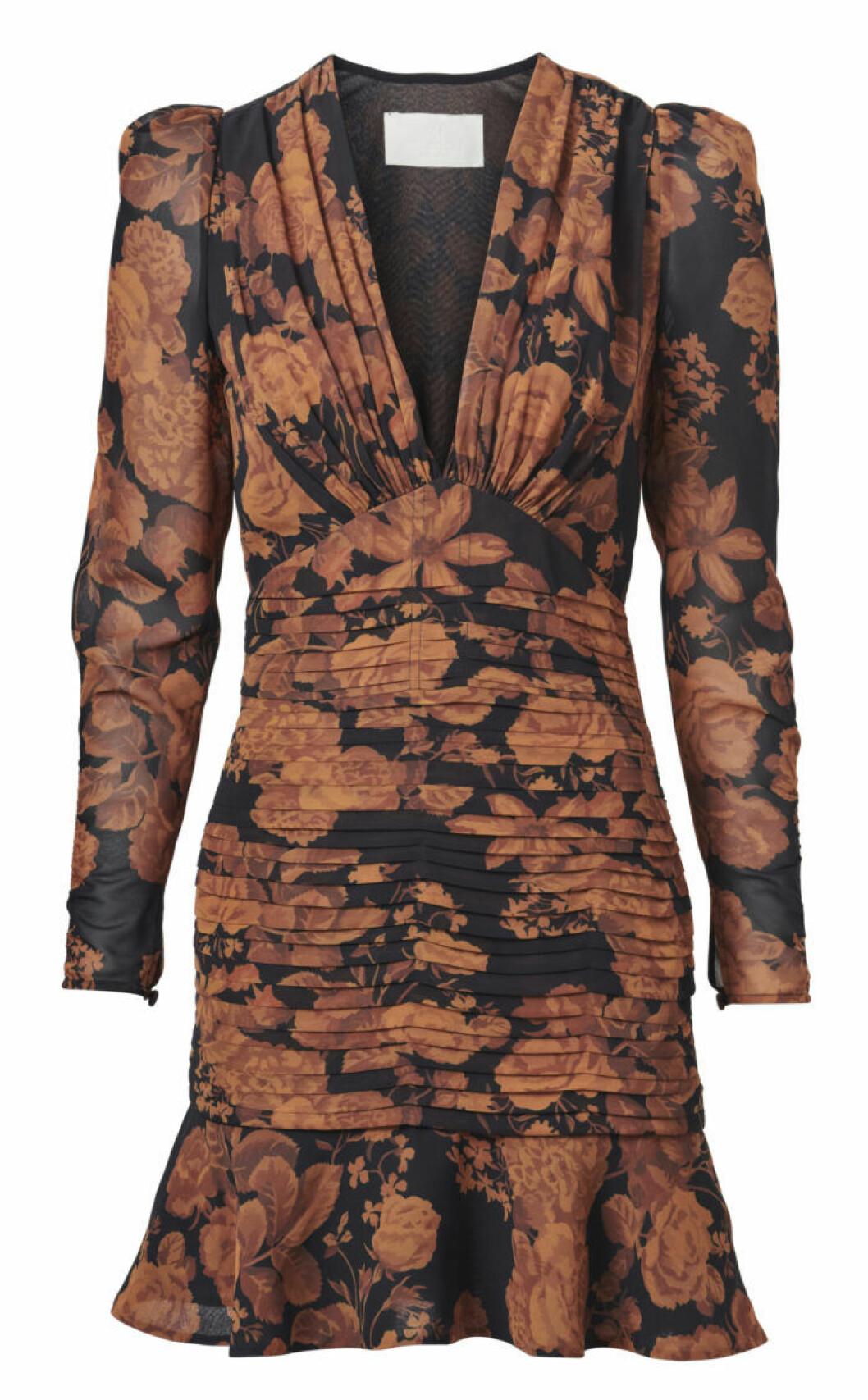 Kort klänning i med orange blommor mot svart botten