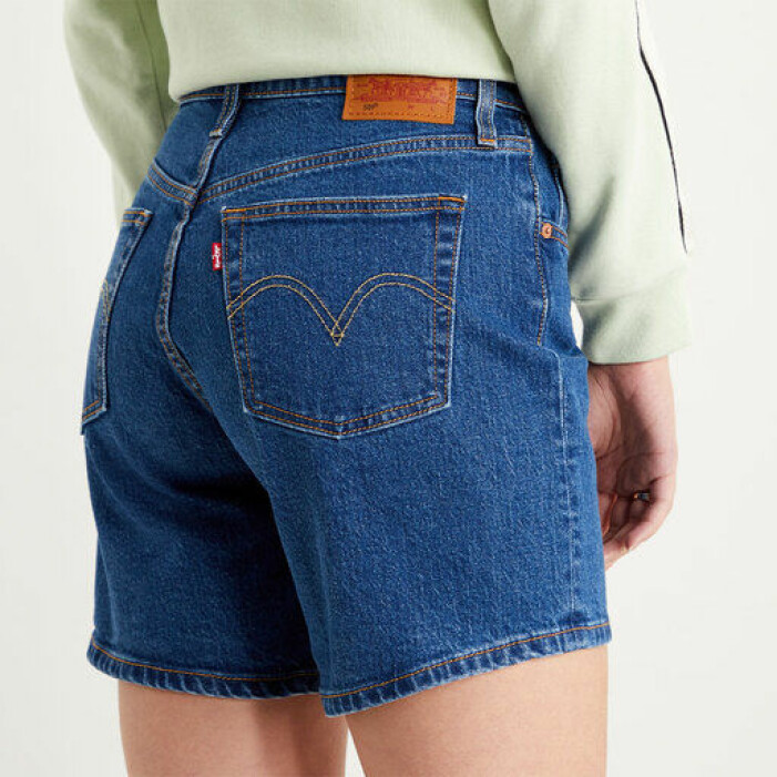 mörkblå jeansshorts levis