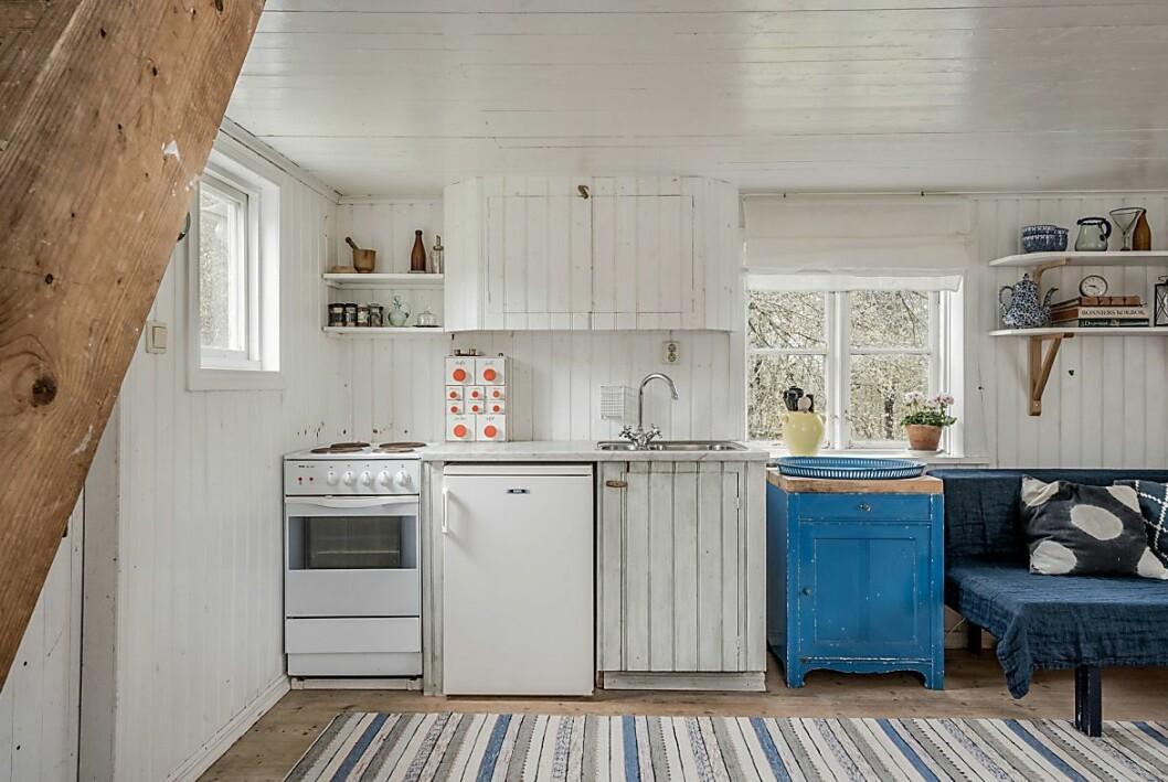 Gäststugan är utrustad med el, kommunalt sommarvatten, kök och sovloft.