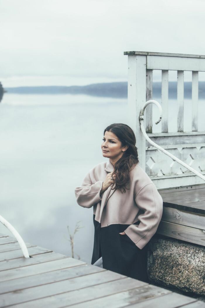 Carola Häggkvist på bryggan hemma i Steninge.
