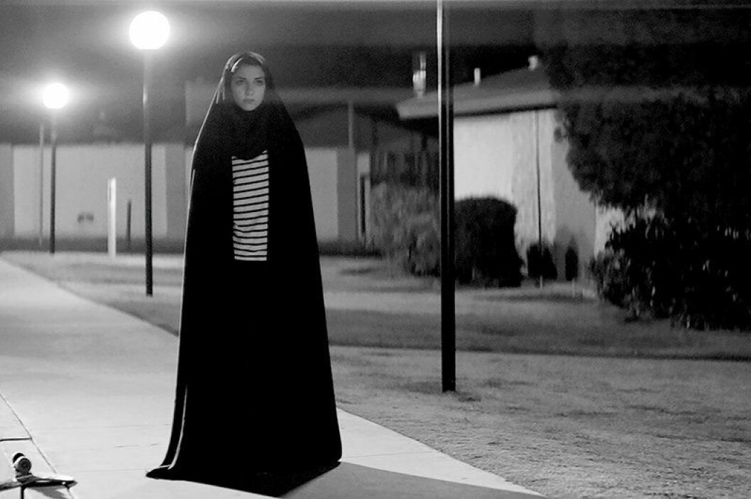 En bild från långfilmen A Girl Walks Home Alone at Night med Sheila Vand i huvudrollen.