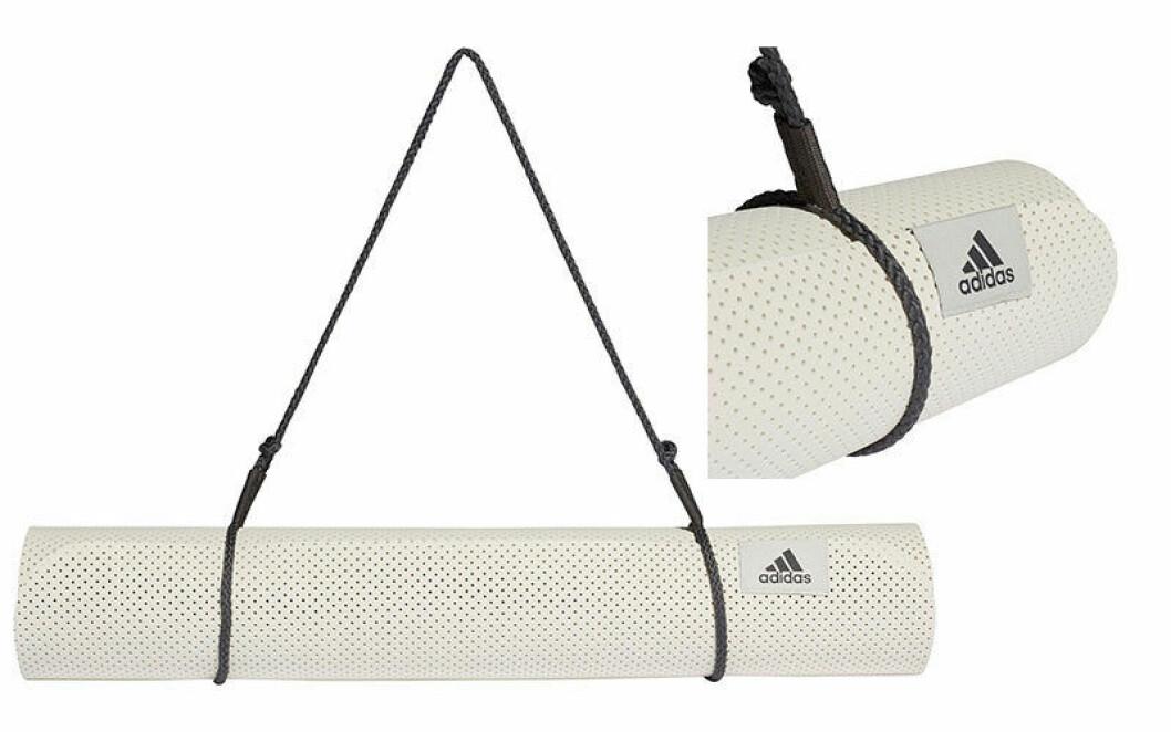 Yogamatta från Adidas med tillhörande bärrem.