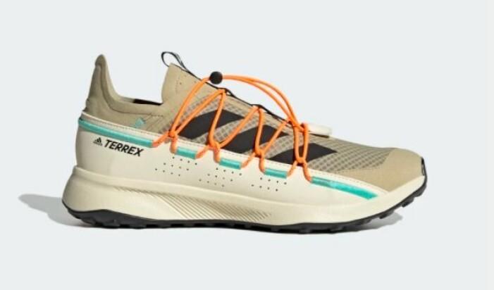 Sneakers i beige två olika nyanser av beige. Turkosa detaljer och skosnören i orange. Spänns med dragsko. Sneakers från Adidas.