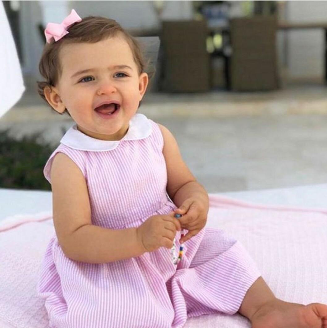 Prinsessan Adrienne på ettårsdagen 2019, i rosa klänning.
