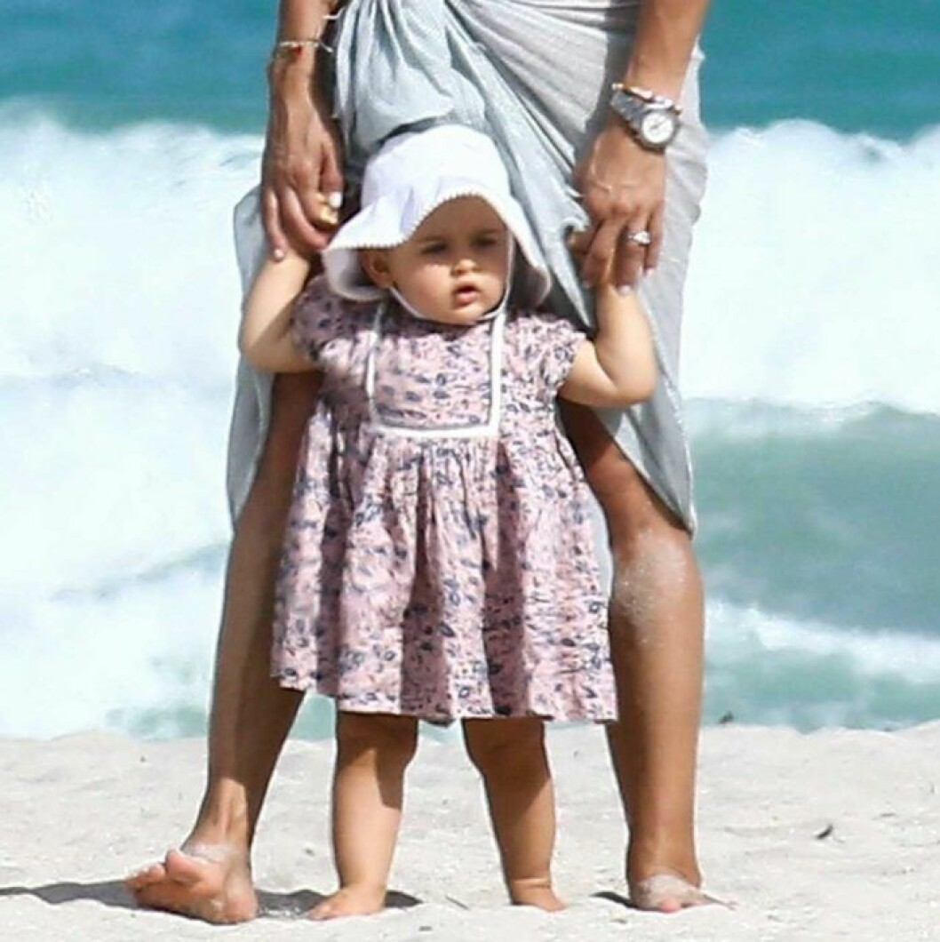 Prinsessan Adrienne på stranden i Miami med mamma prinsessan Madeleine.