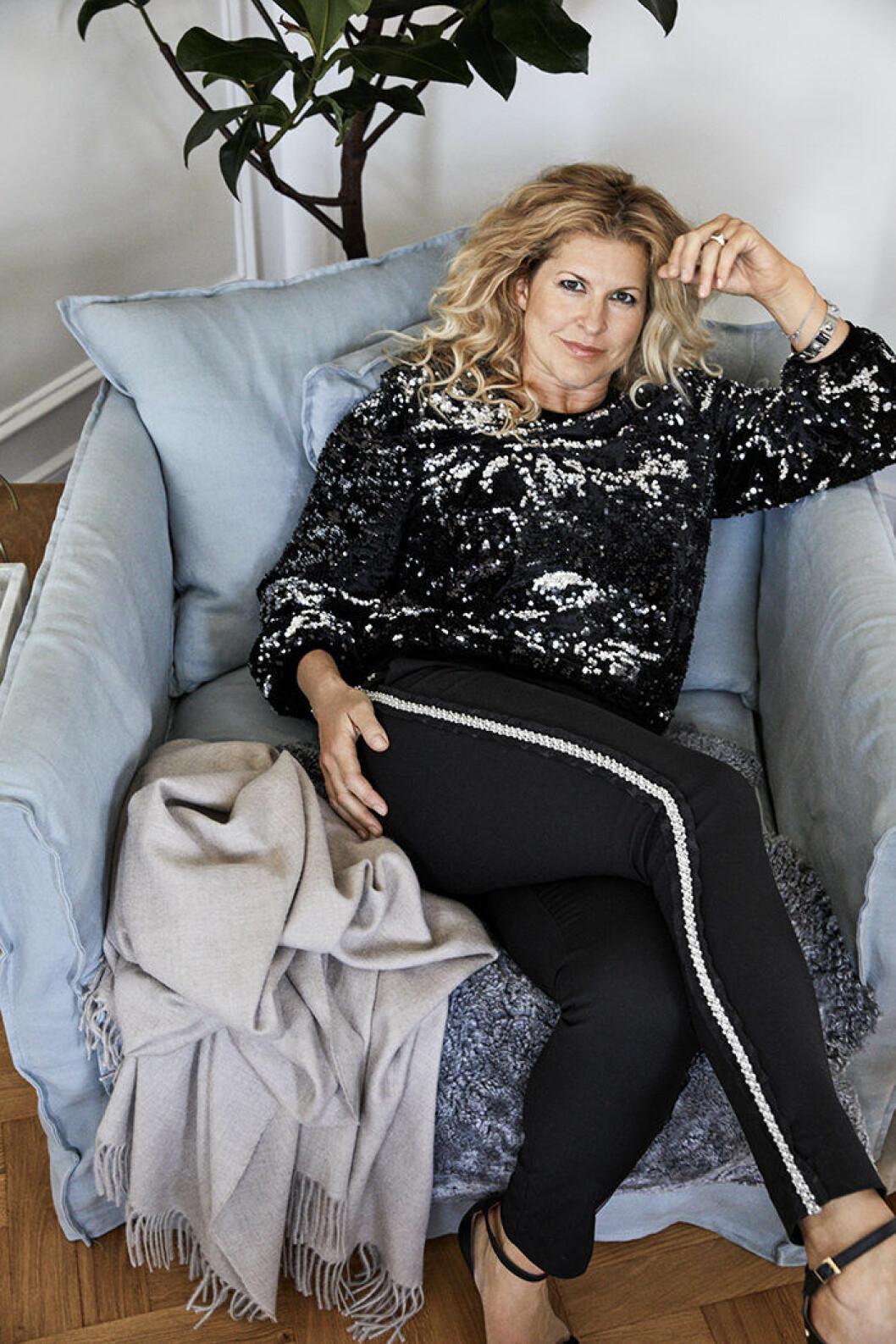 Filippa Rådin i paljettopp och byxor med revär ur den egna kollektionen som hon gjort med Anja Pärsson för Ellos