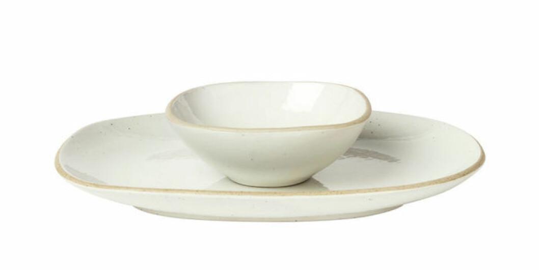 Ljus assiett med matchande liten skål, perfekta för förrätter.