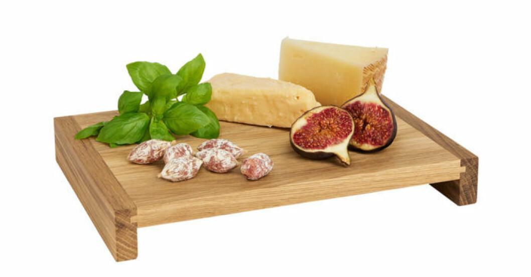 Serveringsbrickan i ek är perfekt till att servera ost och charkuterier på.