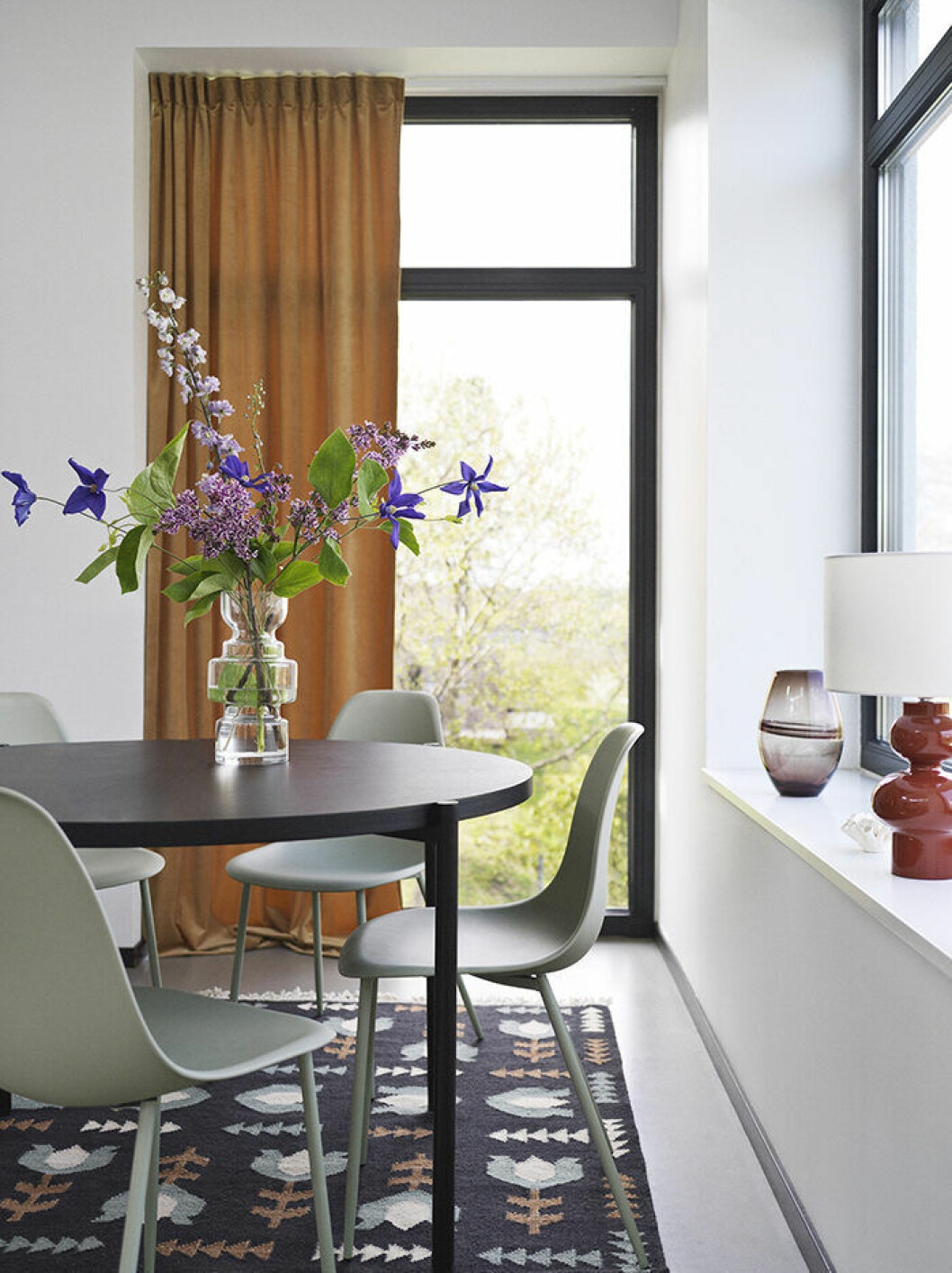 Matbord i miljöbild från Åhlens höstkollektion 2019, brun skala