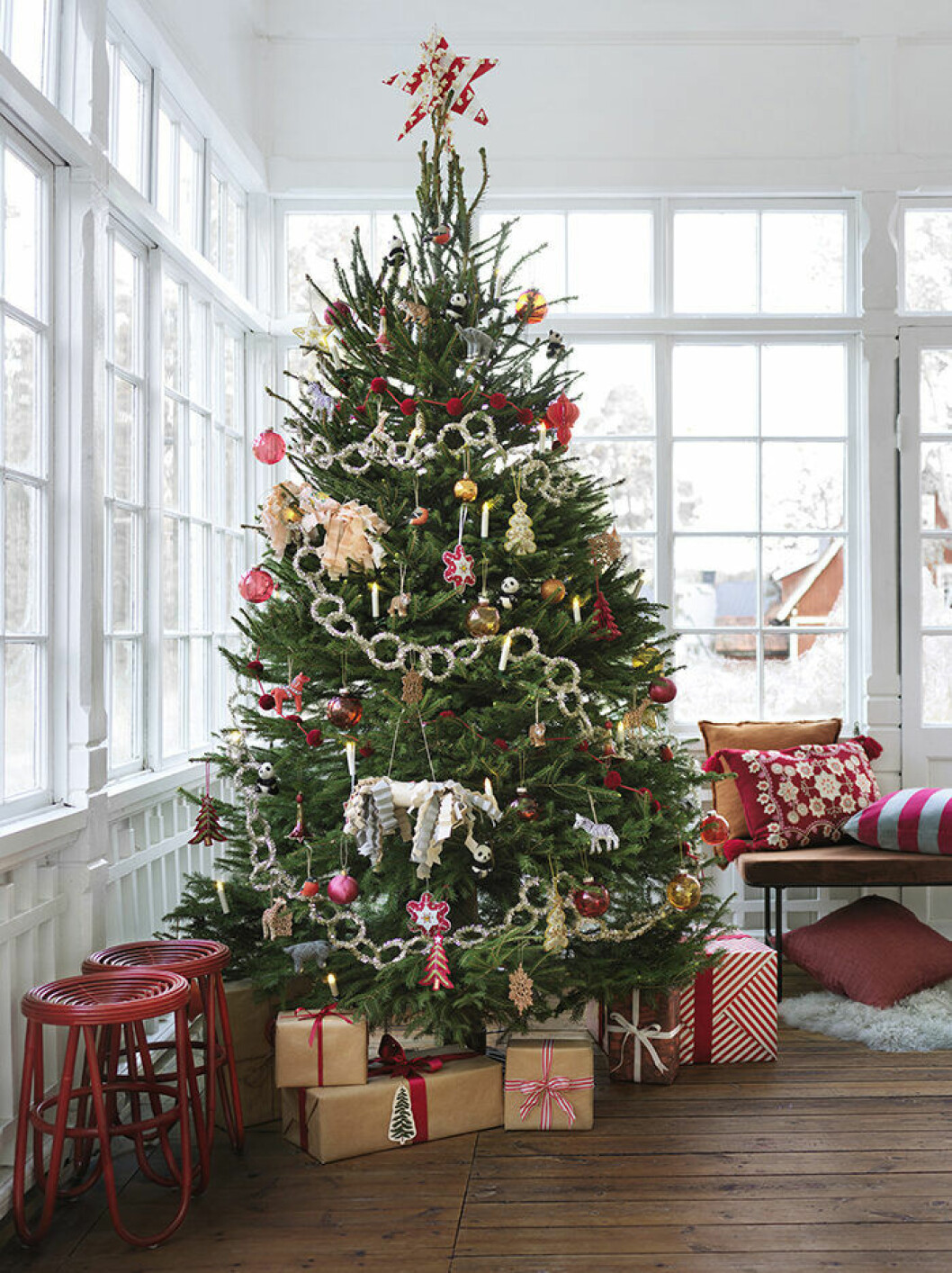 Julgran och julgranspynt på Åhléns 2019