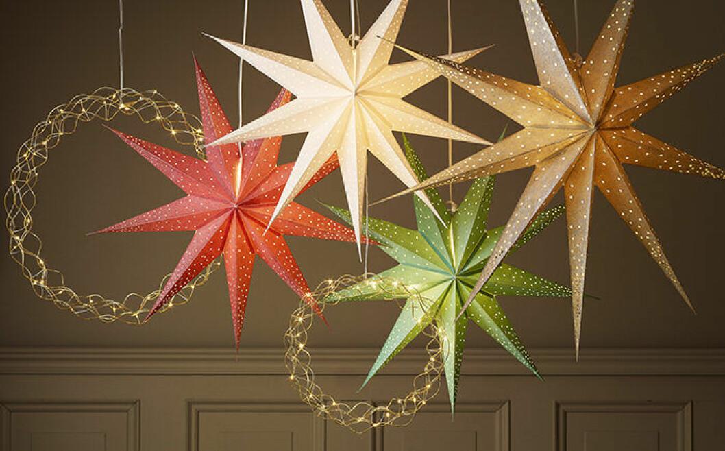 Stora julstjärnor och kransar med LED-ljus från Åhléns