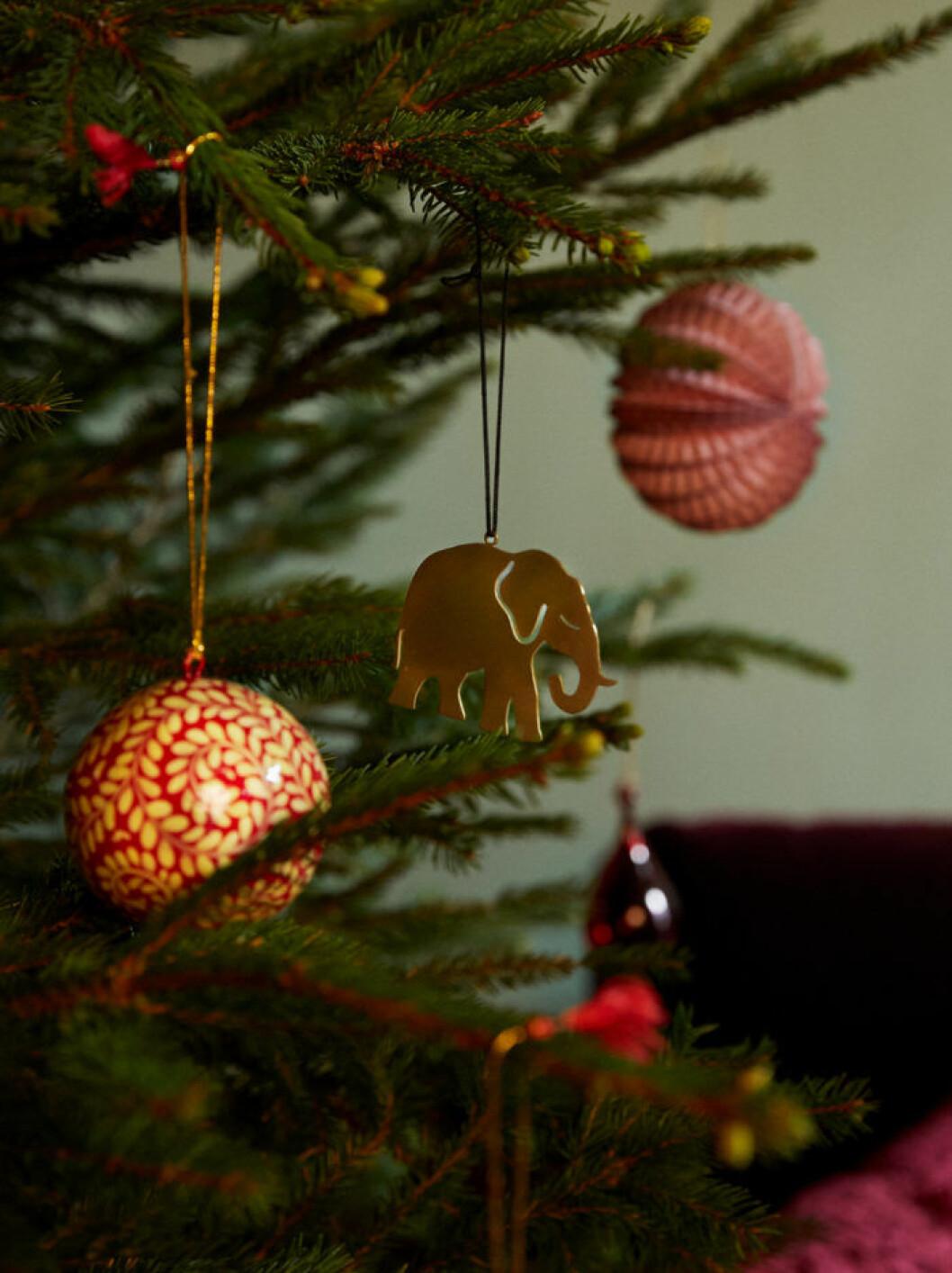 Broderat och rött hos Åhléns julen 2019