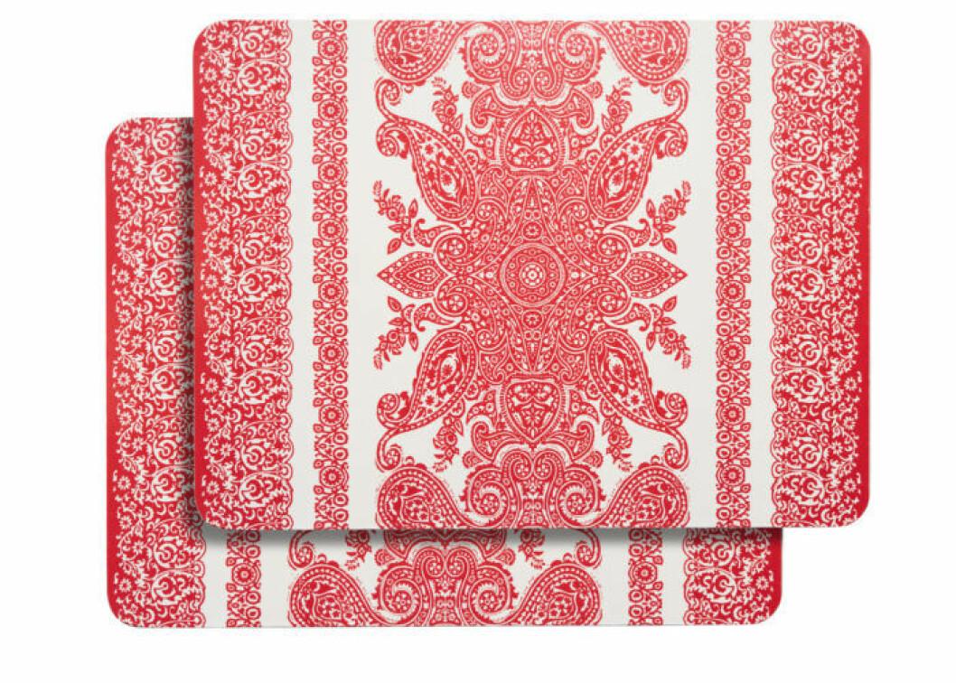Röd kudde med tofsar och broderat mönster i rosa, från Åhléns