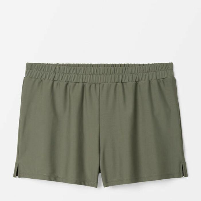 Militärgröna badshorts i kort modell. Shorts från Åhléns.