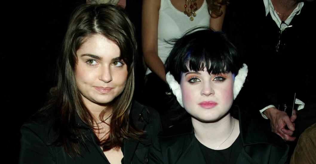 Okända syrran Amiee och Kelly på modeshow 2002, då satt de tätt - idag pratar de inte alls med varandra.
