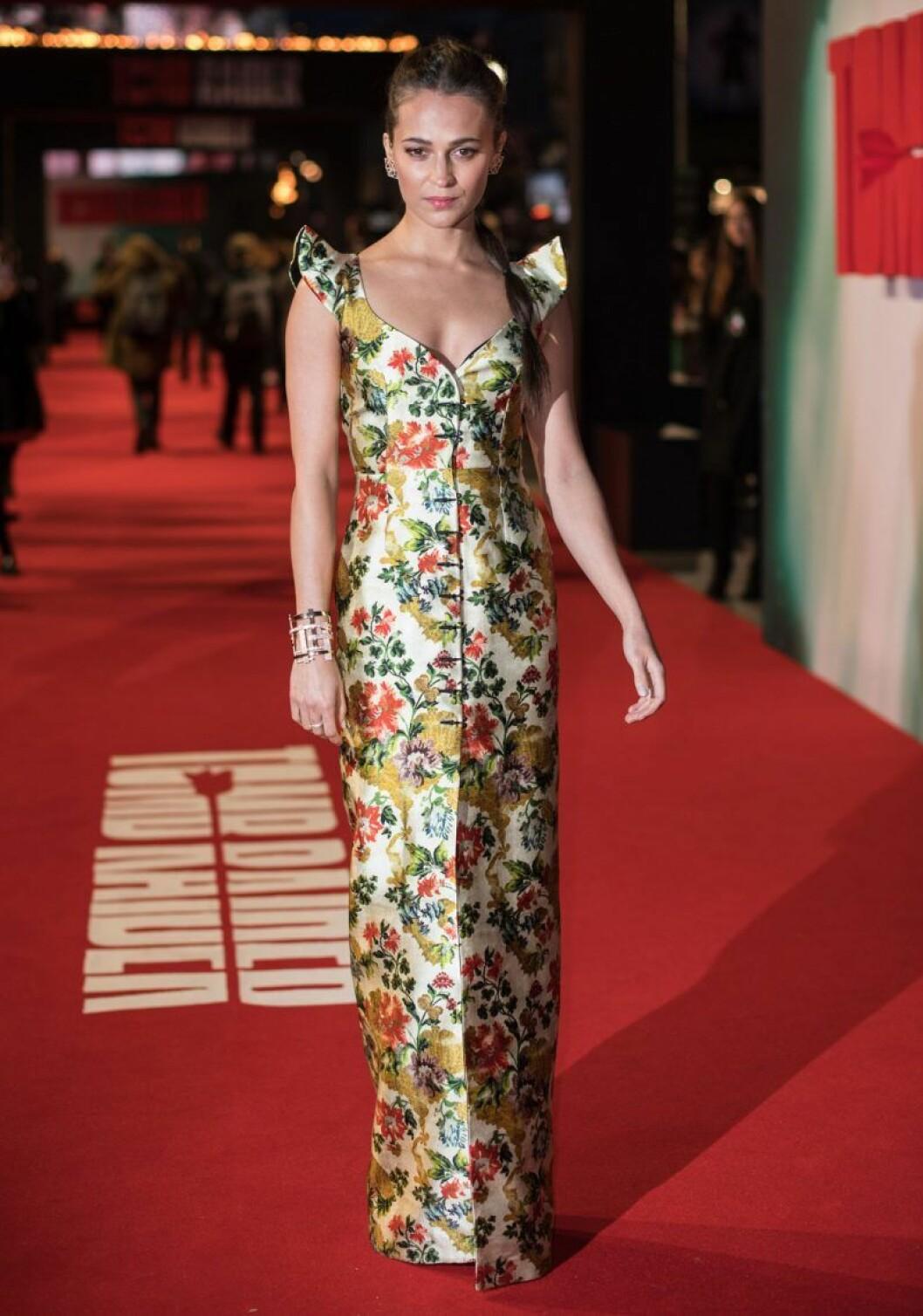 Alicia Vikander i blommig klänning