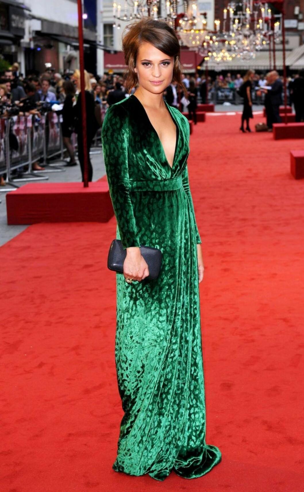 Alicia Vikander i grön klänning på röda mattan