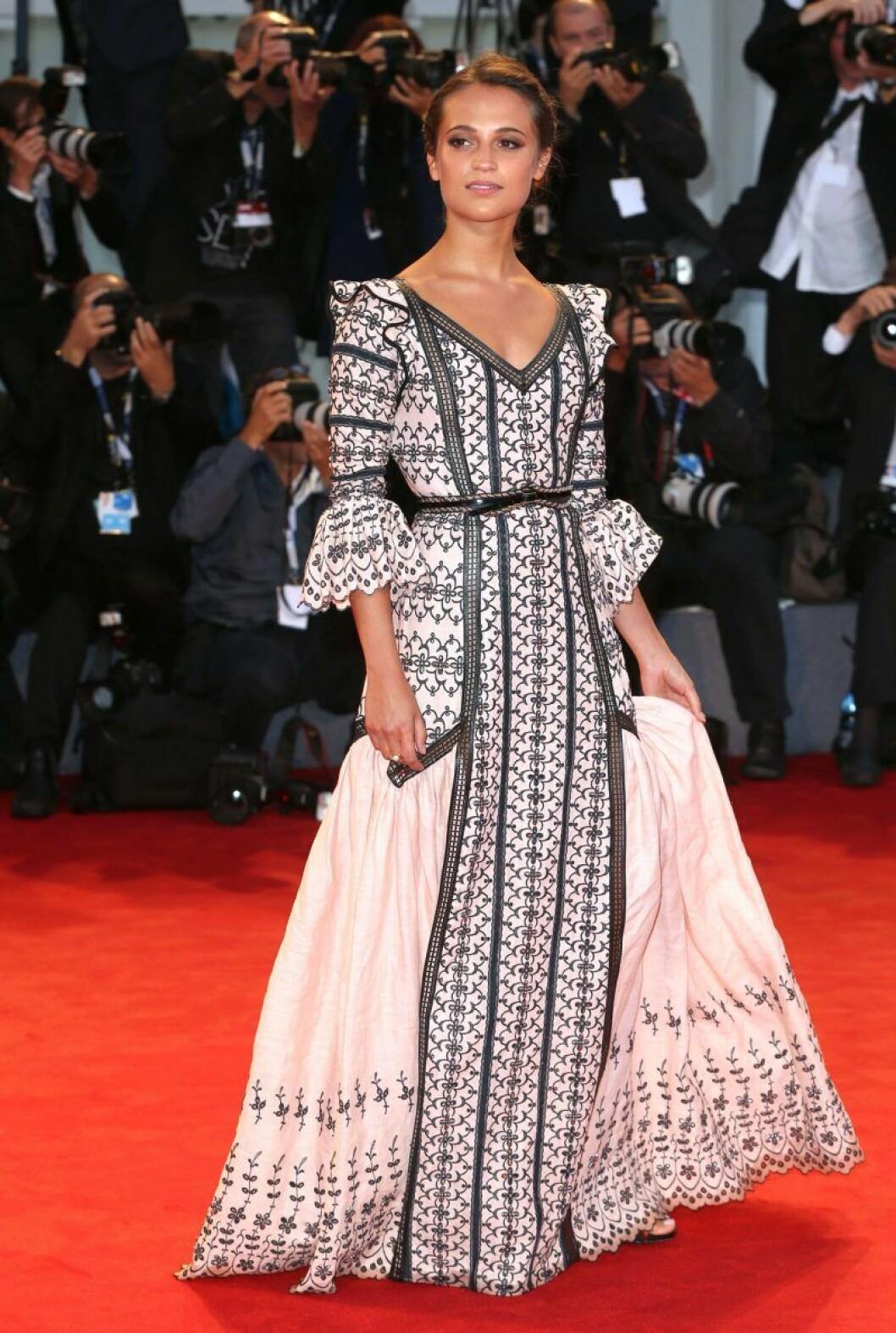 Alicia Vikander i svartvit klänning
